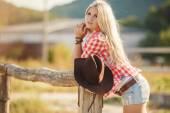Retrato de mujer joven americana vaquera al aire libre. — Foto de Stock