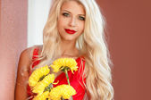 Beautiful girl with a bouquet of yellow flowers. — Foto Stock