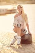 Beautiful girl on roller skates in the park. — Stockfoto