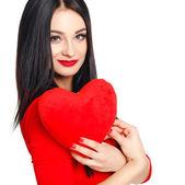 Retrato de hermosa mujer con maquillaje brillante y rojo corazón en mano — Foto de Stock