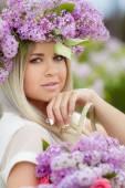 Ritratto di primavera di una bella ragazza con lilla. — Foto Stock
