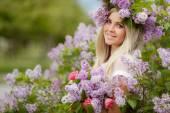 ライラックを持つ美しい女の子の春の肖像画. — ストック写真