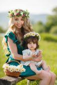 Donna felice con un bambino che riposa sulla natura — Foto Stock