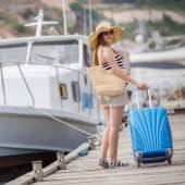 Pregnant beautiful woman on the pier at the sea — Стоковое фото
