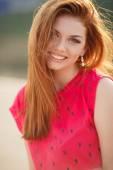 Portret van mooie vrouw met rood haar — Stockfoto