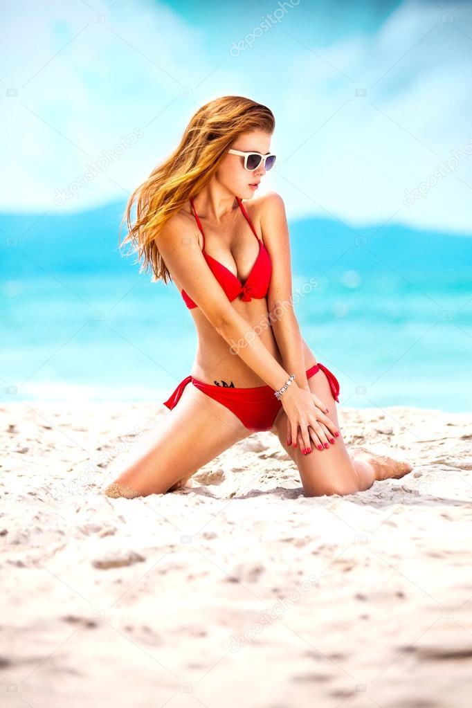 Очень молодой девушки на пляже фото 375-427