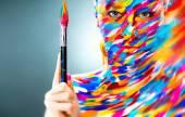 Sanat makyaj ve fırça ile parlak güzel kız portresi — Stok fotoğraf