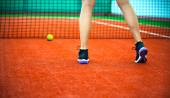 Clay tennis court with Tennis player legs — Stock Photo