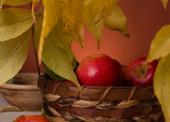 яблоки в плетеной корзине — Стоковое фото