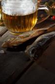 кружка пива и высушенной рыбы — Стоковое фото