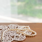 Pearl necklace on a lacy napkin — Foto Stock
