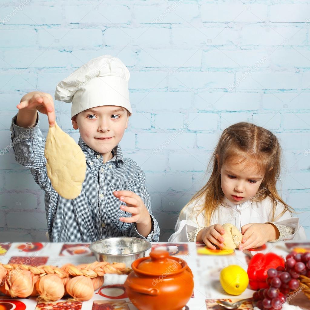 сестра и брат в кухне