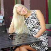 美丽的女孩在夏天咖啡馆 — 图库照片