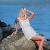сладкая девочка, сидящая на скале у моря — Стоковое фото