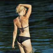 ビキニの女の子は水に入る — ストック写真