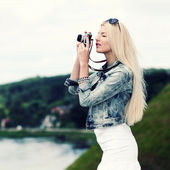 Hipster girl photographed on vintage camera — Stockfoto