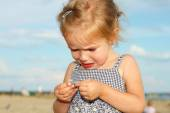 Crying little girl on the beach — Stock Photo