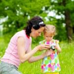Mała dziewczynka nauki fotografii — Zdjęcie stockowe #55396081