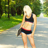 Athletic sportig tjej med skateboard — Stockfoto