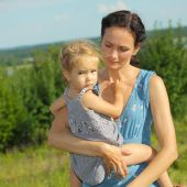 Young mother with child outside — Stock Photo