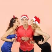 Две молодые привлекательные женщины, целуя человек — Стоковое фото