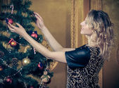 Girl near decorated Christmas tree — 图库照片