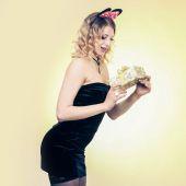 Hediye kutusu tutan sarışın kadın — Stok fotoğraf