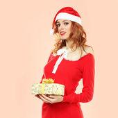 женщина в шляпе санта с подарочной коробке — Стоковое фото