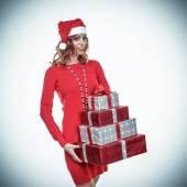 Hediye kutusu ile noel baba şapkalı kadın — Stok fotoğraf