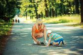 Jongen met de moeder en schaatsen karton — Stockfoto