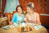 复古穿的女孩在餐厅 — 图库照片