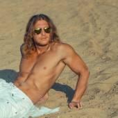 Фитнес модель человек с длинными волосами — Стоковое фото