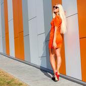 Güneş gözlüğü ve turuncu elbise kız moda — Stok fotoğraf