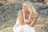 Mujer Senior en un precipicio — Foto de Stock