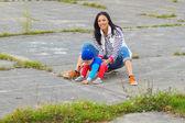 Mor och son på en skateboard — Stockfoto