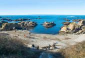 People on stone beach — Fotografia Stock