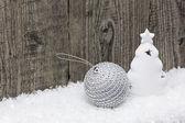 Weihnachtsdekoration auf schnee — Stockfoto