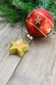Kerstdecoratie met kaars en bauble — Stockfoto