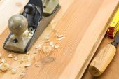 Plane on wooden table with shavings — Stockfoto