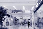 Покупателей в торговом центре, motion blur. — Стоковое фото