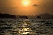 Soleil se couchera entre deux îles — Photo