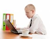 Jugendlicher in üblichen Bürofläche arbeiten — Stockfoto