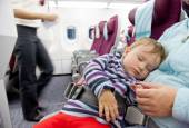 Mother and sleeping two year old baby girl travel on airplane — Stock Photo