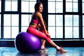 Mulher com bola de fitness — Fotografia Stock