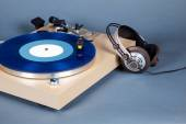 Analog Stereo Turntable Vinyl Record Player with Blue Disk and H — Stock Photo
