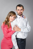 Joven pareja abrazándose en el amor — Foto de Stock