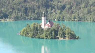 Bled island with Assumption of Mary Pilgrimage Church on the Bled lake, Slovenia — Stock Video