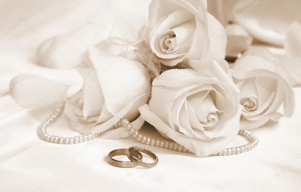 Matrimonio Bed Of Rose : Fedi nuziali e rose come sfondo del matrimonio in seppia
