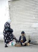 Man cleans shoes of his client in Old Medina — Stock Photo