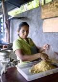 Vrouw bereidt van maïs bloem tortilla 's — Stockfoto